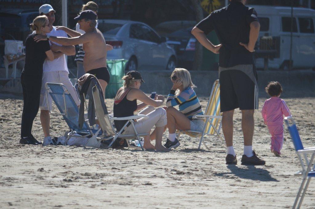 Sharon Stone na praia em Balneário Camboriú, nesta quinta-feira, 12, com parentes do namorado, o modelo argentino Martin Mica, que mora no Brasil