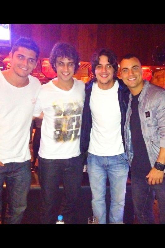 Bruno Gissoni, Ronny Kriwat, Guilherme Boury e Biel Maciel em bar no Rio (Foto: Divulgação)