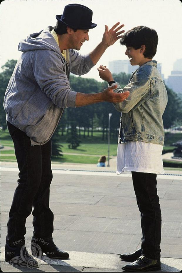 Sage Stallone com o pai, Sylvester, no filme 'Rocky V' (Foto: Reprodução)