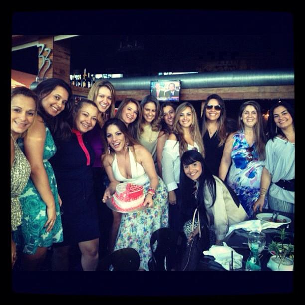 EGO  ExBBB Anamara ganha festa de aniversário surpresa das amigas