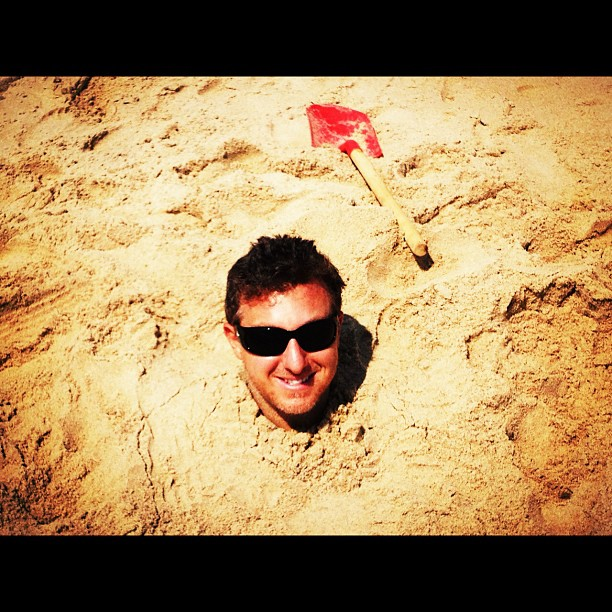 Luciano Huck fez questão de ser enterrado até o pescoço durante férias nos EUA.