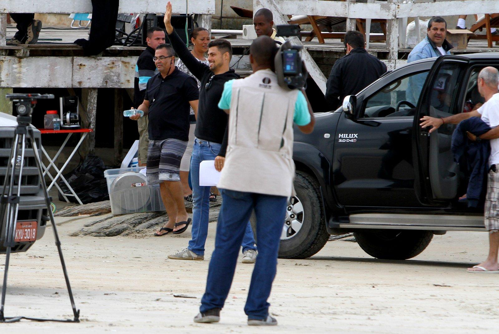 """Cauã Reymond acenou para os fãs durante gravação de """"Avenida Brasil"""" em Cabo Frio, na Região dos Lagos"""
