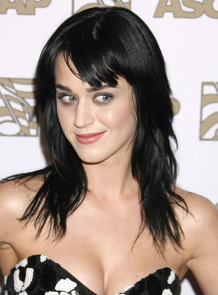 Em 2008, ainda no incio da carreira, Katy Perry mantinha os cabelos bem pretos.
