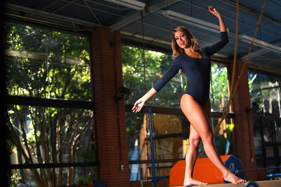 A panicat Carol Narizinho exercita seu equilíbrio na trave da ginástica de trampolim