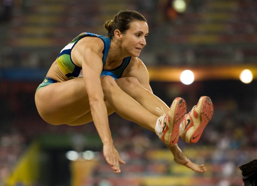 Maurren Maggi dá um salto para a vitória nos jogos olímpicos de Pequim, na China, em 2008. A saltadora levou o ouro na modalidade e virou uma das musas brasileiras da competição