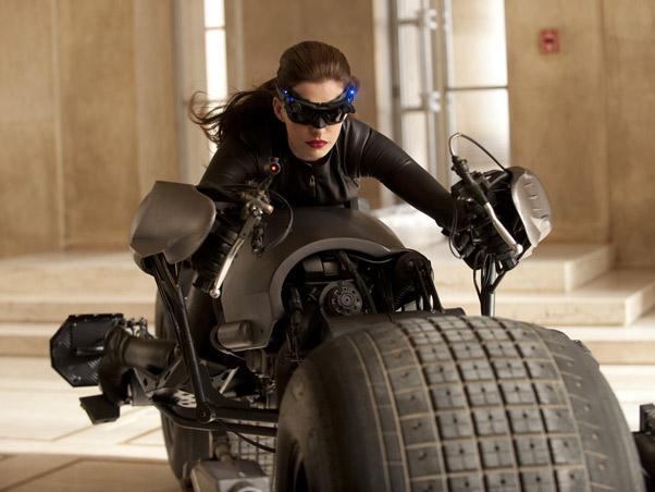 """Anne Hathaway é a mais nova Mulher Gato do Batman. Ela está sarada e poderosa em """"Batman: O Cavaleiro das Trevas Ressurge"""""""