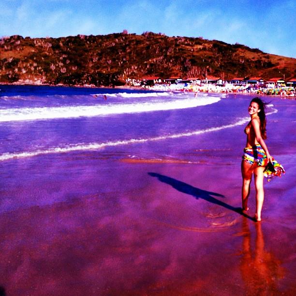 Bruna Marquezine posta foto de biquíni na praia (Foto: Instagram)
