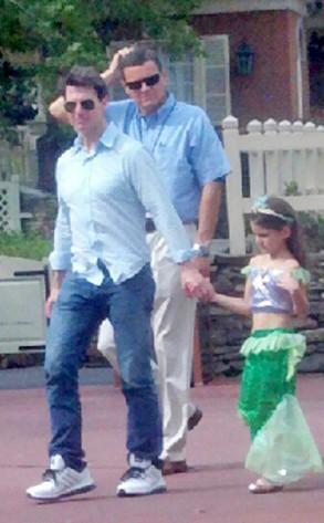 Tom Cruise e Suri em parque da Disney (Foto: Reprodução / Twitter)