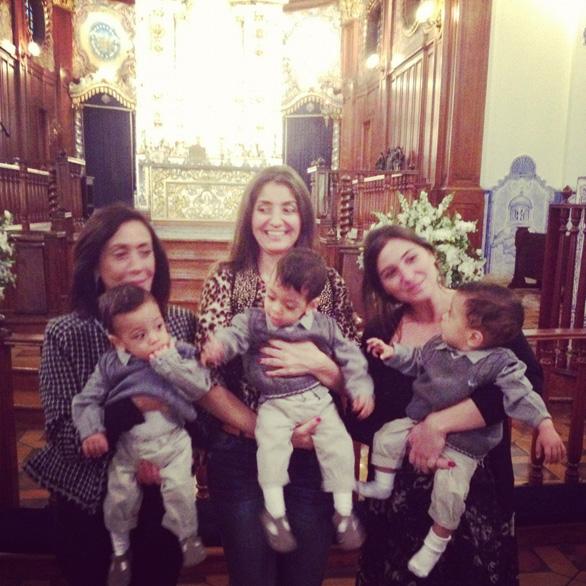 Jane, mãe de Isabella Fiorentino com as filhas, Alessandra e Carolina, seguram os bebês. (Foto: Twitter/Reprodução)
