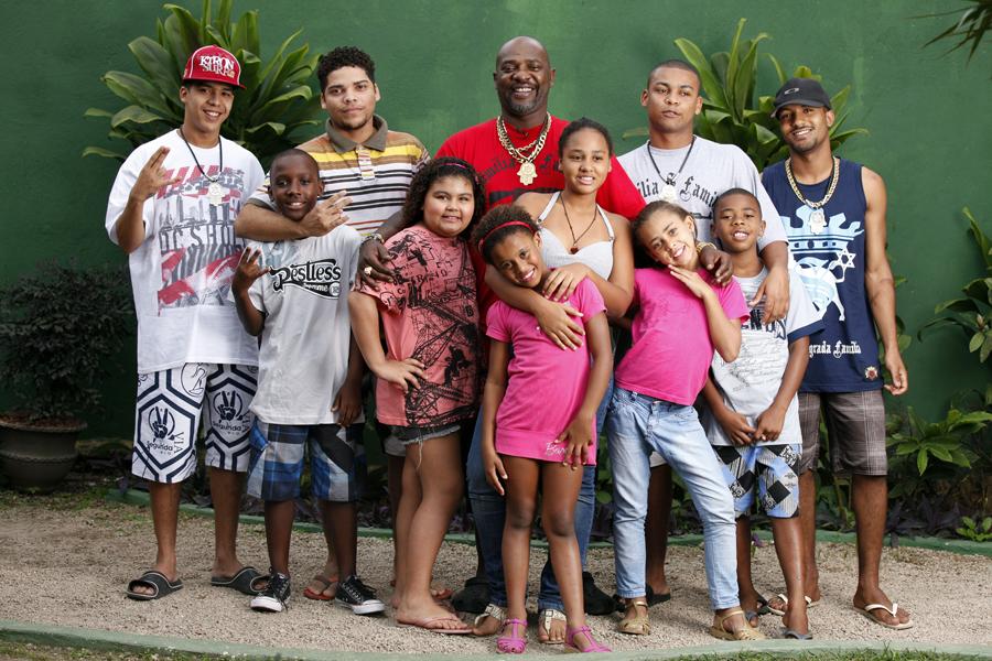 Mr. Catra reuniu alguns de seus filhos em sua casa em Vargem Grande, Zona Oeste do Rio, para o especial de Dia dos Pais do EGO