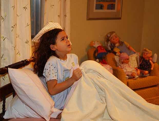 """Em 2003, aos 8 anos, Bruna Marquezine fez sua estreia em novelas vivendo a sofrida Salete, de """"Mulheres Apaixonadas"""". Na trama, ela atuou ao lado de Tony Ramos e emocionou o público quando sua personagem ficou orfã."""