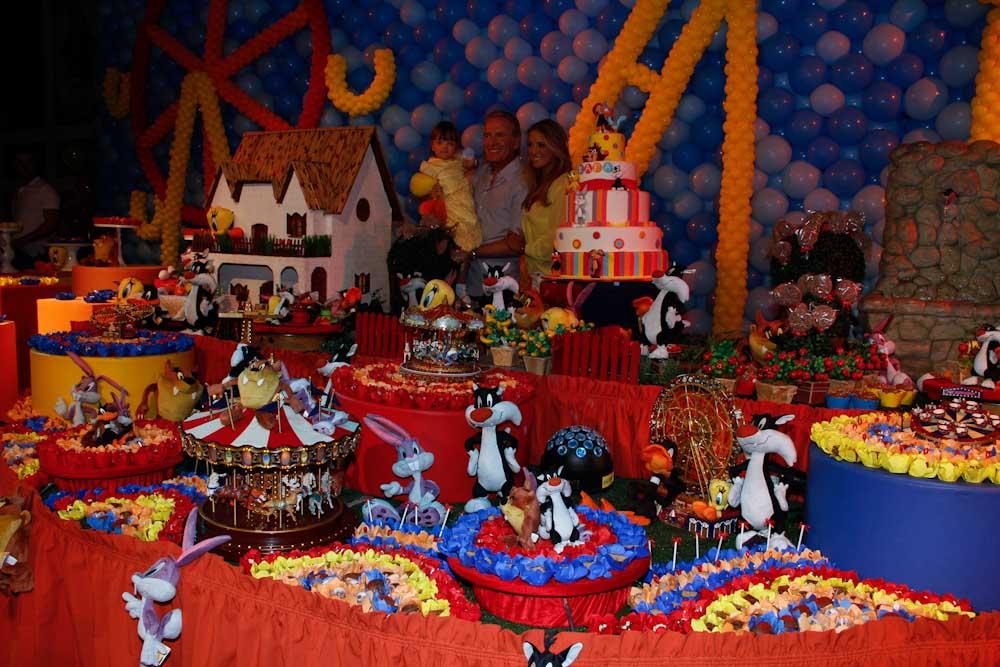 Detalhe da mesa de bolo e doces