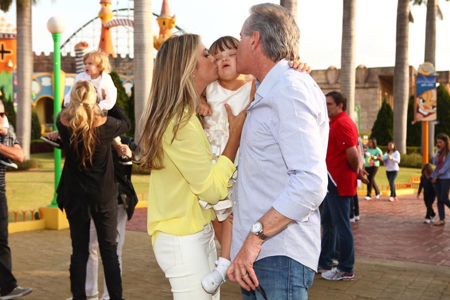 Tici Pinheiro e Roberto Justus enchem Rafa de beijos