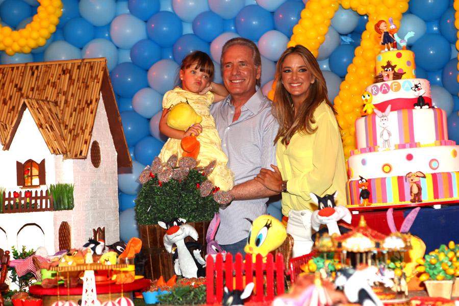 """Ticiane Pinheiro, Roberto e Rafa Justus na hora de cantar """"parabéns"""""""