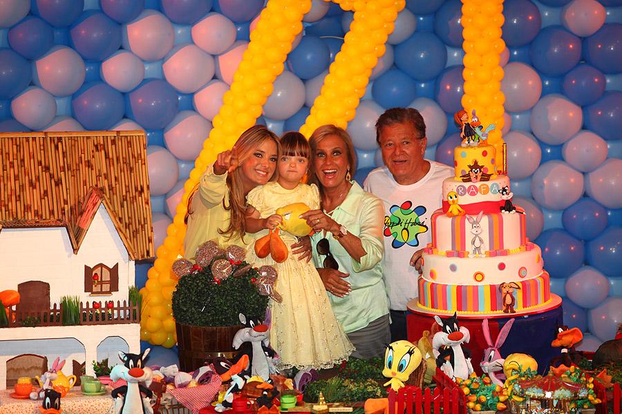 Helô Pinheiro e o marido, Fernando, tiram foto com a filha, Ticiane, e a neta, Rafa