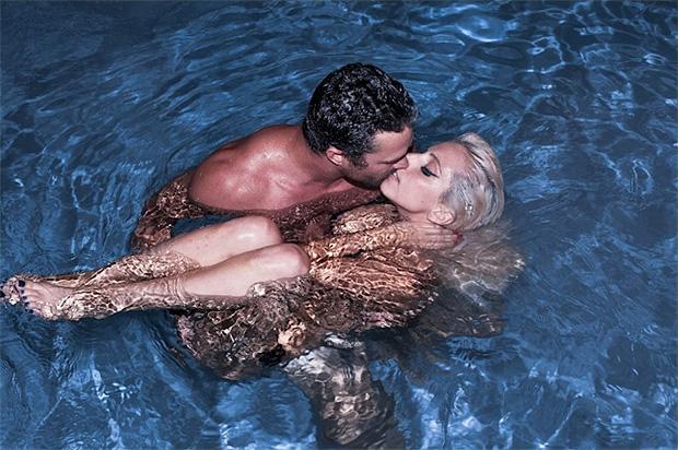 Lady Gaga beija o namorado, Taylon Kinney, numa piscina (Foto: Reprodução)