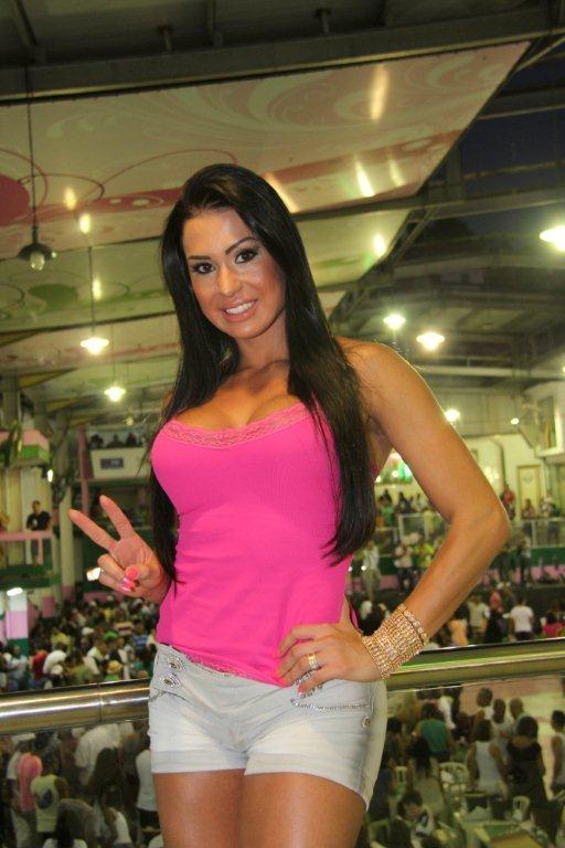 Gracyanne Barbosa na quadra da Mangueira (Foto: Onofre Veras/AgNews)