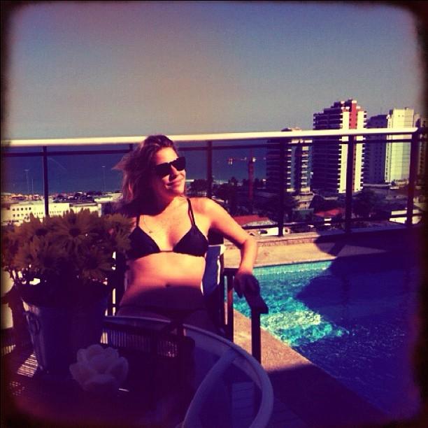 Luma Costa toma banho de sol no Rio (Foto: Reprodução/Instagram)