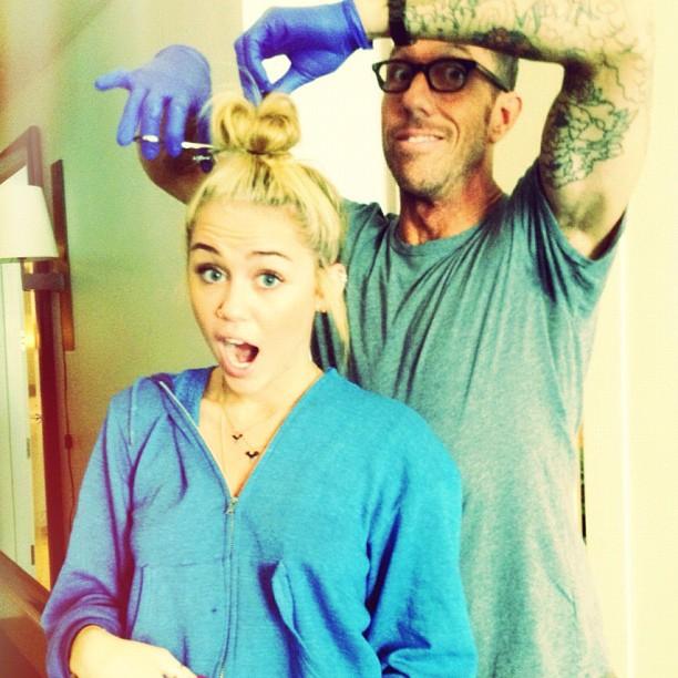 Miley cortando as madeixas (Foto: Reprodução/Twitter)