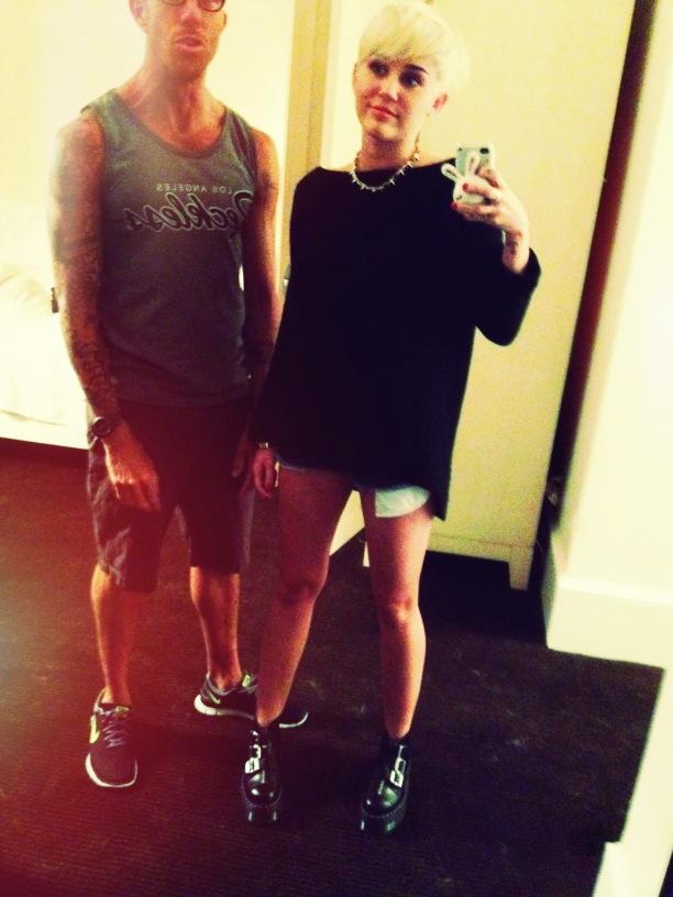 Miley Cyrus com um amigo (Foto: Reprodução/Twitter)