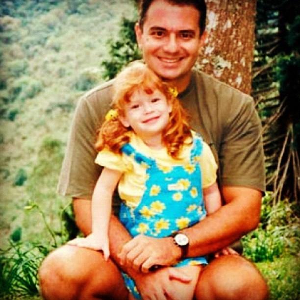 A atriz Marina Ruy Barbosa, quando criança, com o pai (Foto: Reprodução / Instagram)