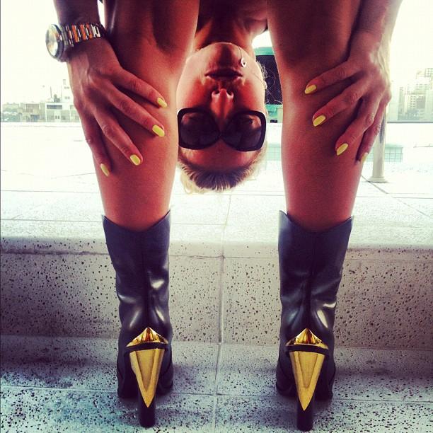 Sabrina Sato mostra botas novas com salto dourado (Foto: Reprodução/Instagram)