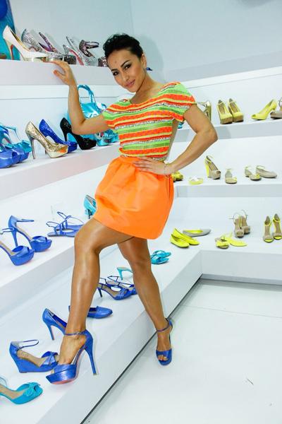 No dia 27 de julho, Sabrina mostrou pernão sarado em feira de calçados em São Paulo com saia laranja e blusa listrada.
