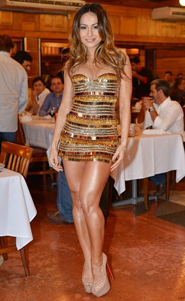 Sabrina Sato participou do lançamento do enredo da Vila Isabel com vestido curto todo prateado.