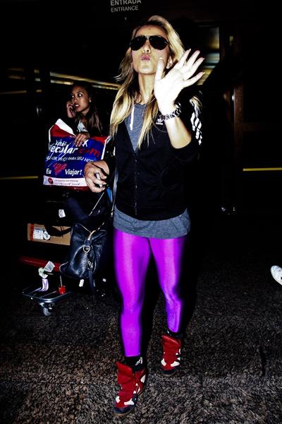 """Sabrina Sato """"causou"""" ao desembarcar em São Paulo na sexta-feira, 10, com uma calça legging pink."""