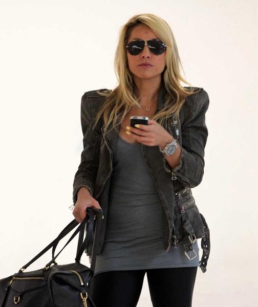 Sabrina também já apareceu com super ombreiras' e óculos escuros.
