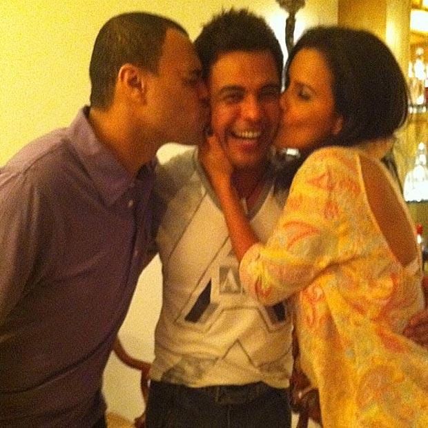 Zezé Di Camargo recebe beijo de Denilson e Luciele (Foto: Twitter/Reprodução)