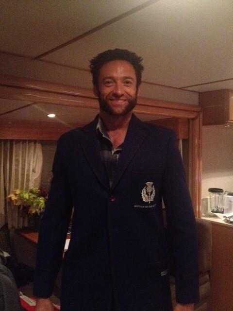Hugh Jackman posta foto no Twitter com casaco do colégio (Foto: Reprodução/Twitter)