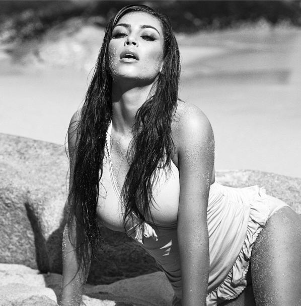 Kim Kardashian posa sensual em praia (Foto: Reprodução / Instagram)