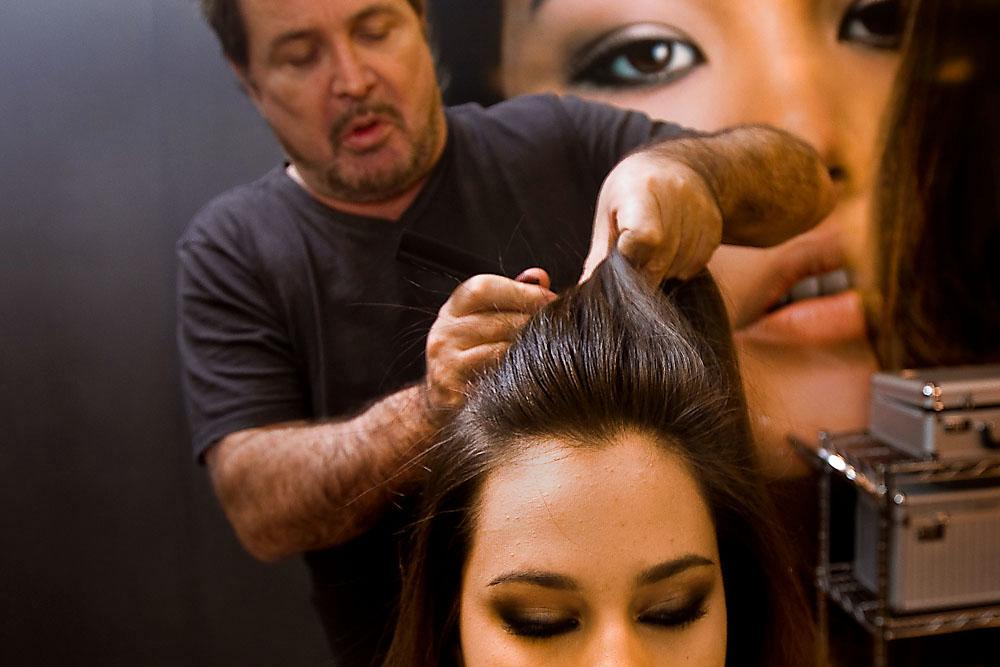 Divida o cabelo em três partes. A primeira deve ser esta mecha central (foto), no alto da cabeça
