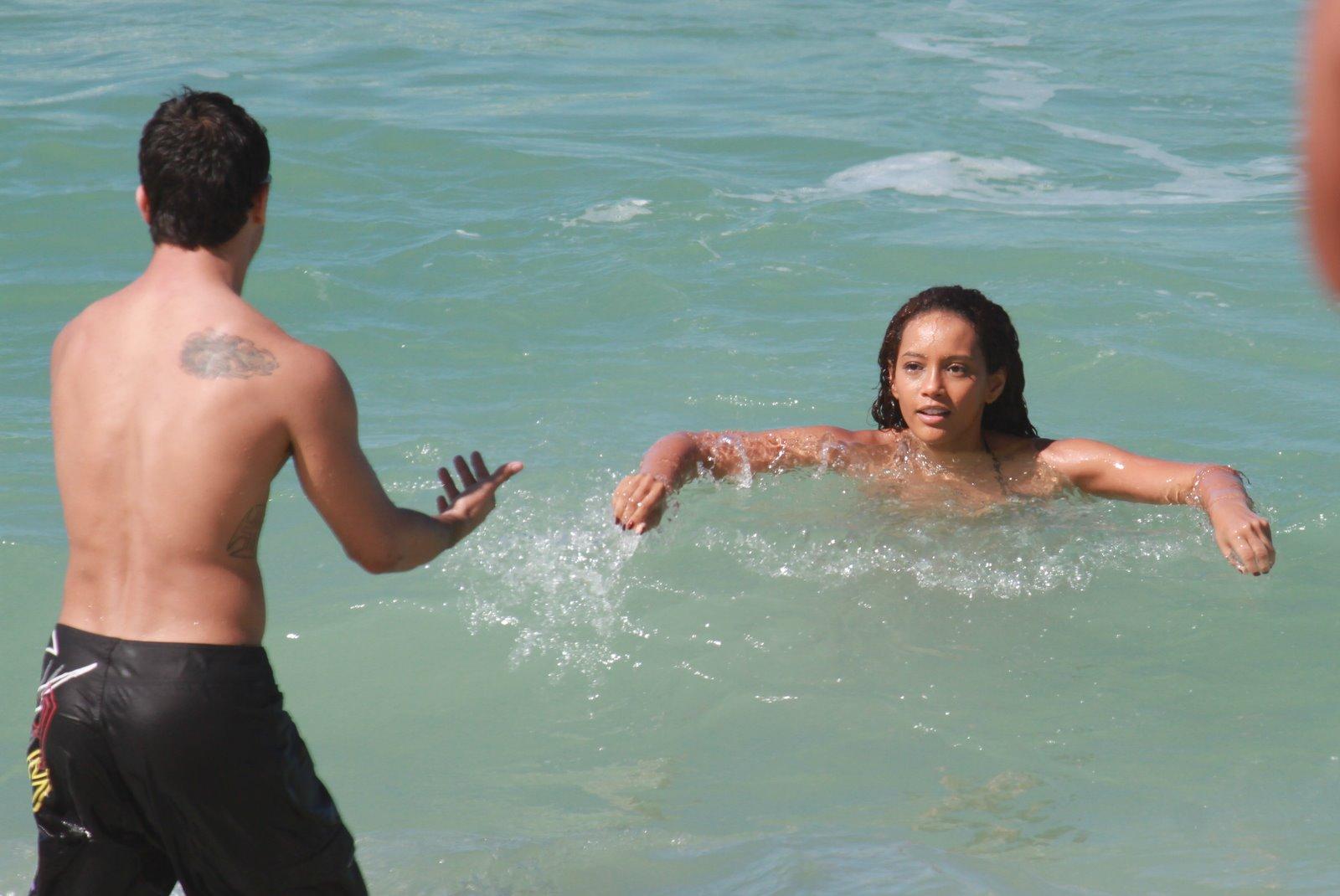 Taís Araújo grava 'Cheias de Charme' em praia do Rio