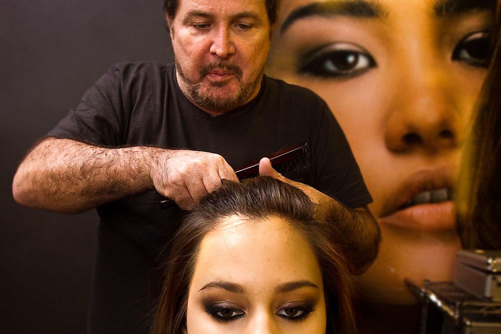 Separe uma mecha no alto da cabeça, penteando o cabelo para trás. Segure esta mecha e torça-a