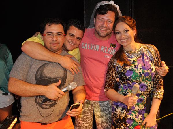 Solange Almeida, do Aviões do Forró, com companheiro de banda Xand, o empresário Isaias Duarte e o marido Wagner Barbosa em Fortaleza (Foto: Divulgação)