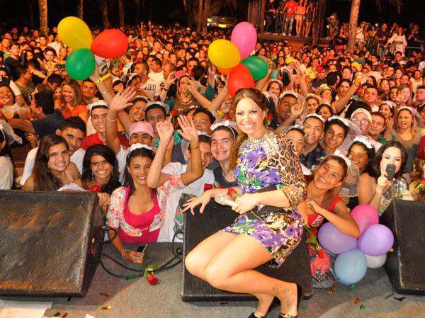Solange Almeida, do Aviões do Forró, comemora aniversário durante show em Fortaleza (Foto: Divulgação)