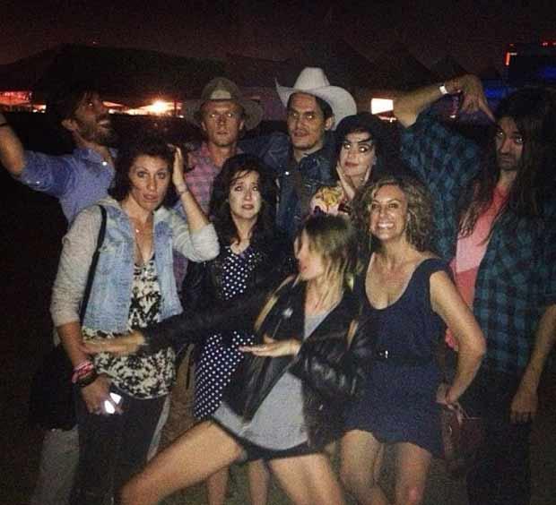 John Mayer (chepéu branco) posa com Katy Perry (à direita de Mayer) e um grupo de amigos em festival (Foto: Reprodução/Instagram)
