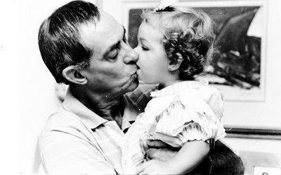 Mayra ainda bebê e o pai, o novelista Dias Gomes