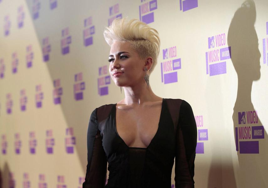 Miley Cyrus ousou no decote para a premiação