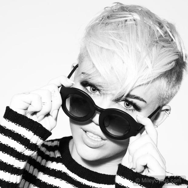 A Miley Cyrus fez uma sessão de fotos para seu site oficial (Foto: Reprodução / mileycyrus.com)