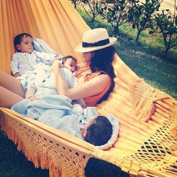 Isabella Fiorentino posta foto com gêmeos na rede (Foto: Instagram / Reprodução)