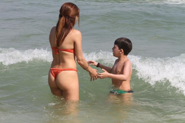 Nívea Stelmann a praia da Barra da Tijuca, no Rio, com o filho