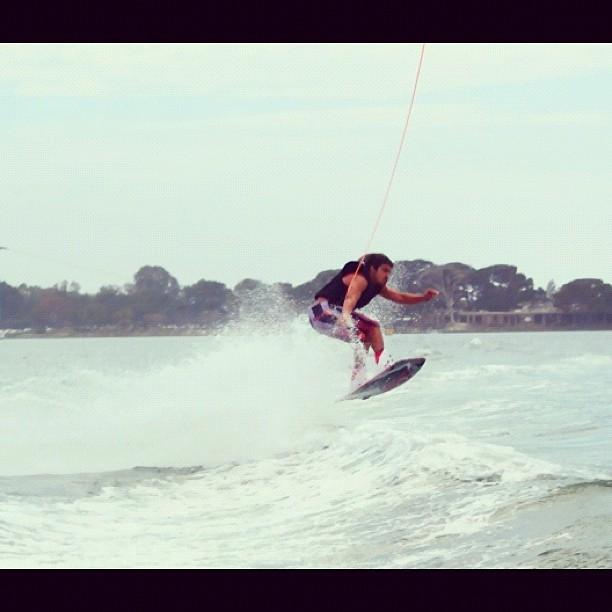 Caio Castro fazendo wake board (Foto: Instagram/ Reprodução)