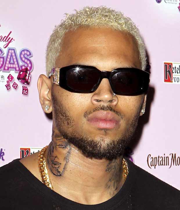 Chris Brown exibe nova tatuagem no pescoço (Foto: Getty Images)