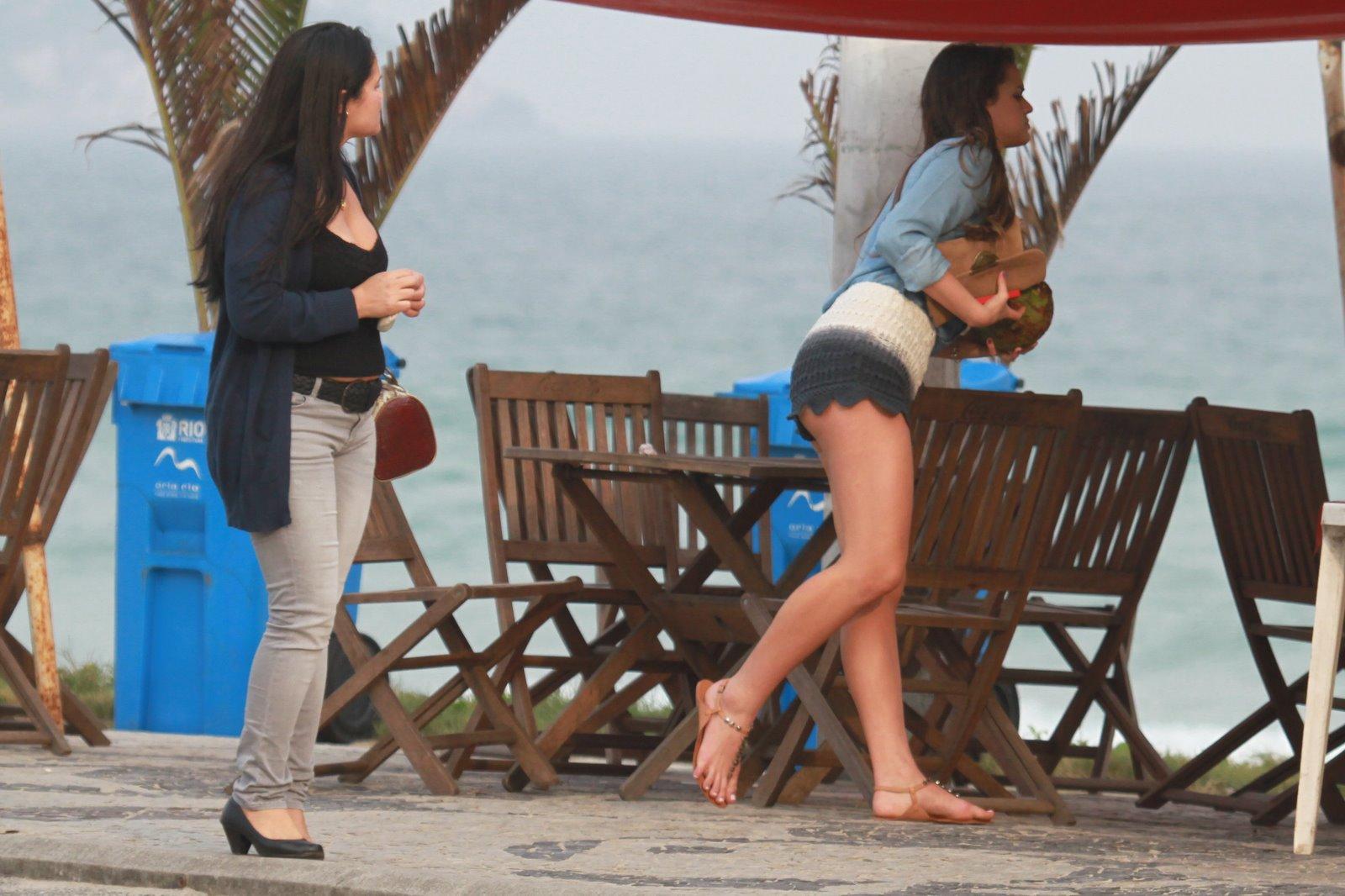 Bruna Marquezine usa short curtíssimo na praia com rasteirinha e
