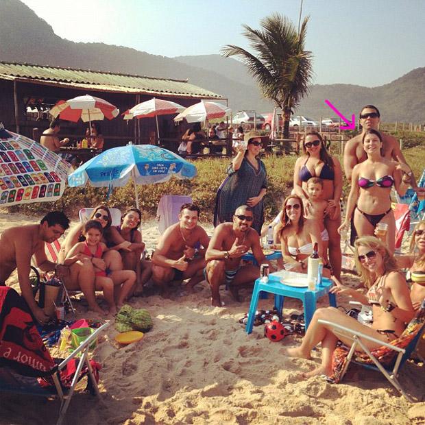 Bárbara Borges posta foto na praia com amigos e família (Foto: Instagram / Reprodução)