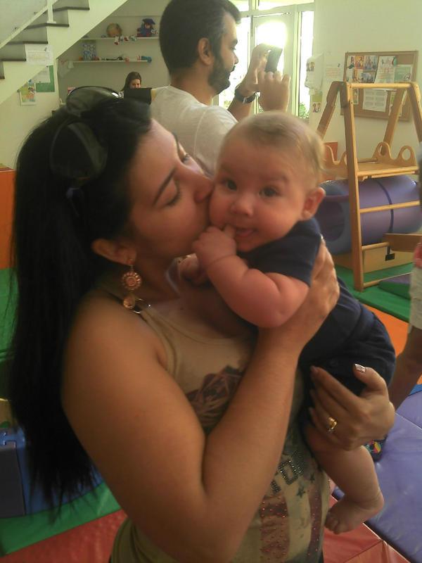 Ex-BBB Priscila posa para foto com o filho  (Foto: Reprodução/ Twitter)