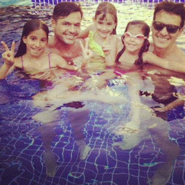 Rodrigo Faro curte dia na piscina com a fam&#237;lia  (Foto: Reprodu&#231;&#227;o/ Instagram)